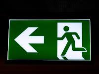 Perbedaan Penggunaan Kata Exit dan Quit Beserta Contoh Kalimatnya