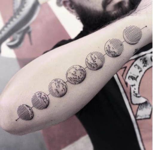 Os ciclos da lua são embelezadas com a linha de trabalho neste antebraço tatuagem.