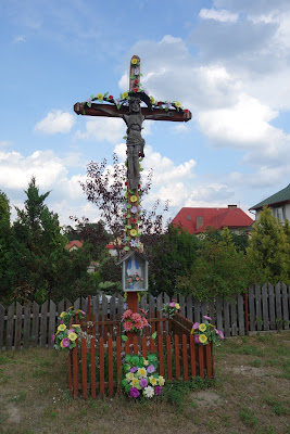 Sochy: krzyż przy drodze przebiegającej przez wieś, przy zejściu w bok na szlak czerwony
