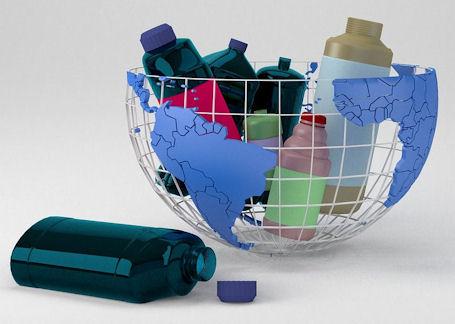 Tyhjiä muovipulloja koottuna maapallon muotoiseen maljaan.
