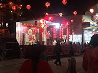 Malam penutupan tersebut dihadiri ratusan warga memadati sekitar pentas utama yang dibangun tepat di depan klenteng