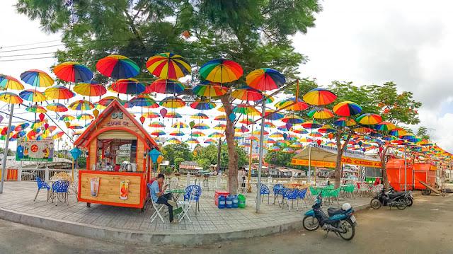 Một góc phố ẩm thực dọc bờ kè cầu Duy Tân, TP. Long Xuyên. Ảnh: sưu tầm - Phố ẩm thực ven sông - Mô hình đầu tư dự án Aqua Melody