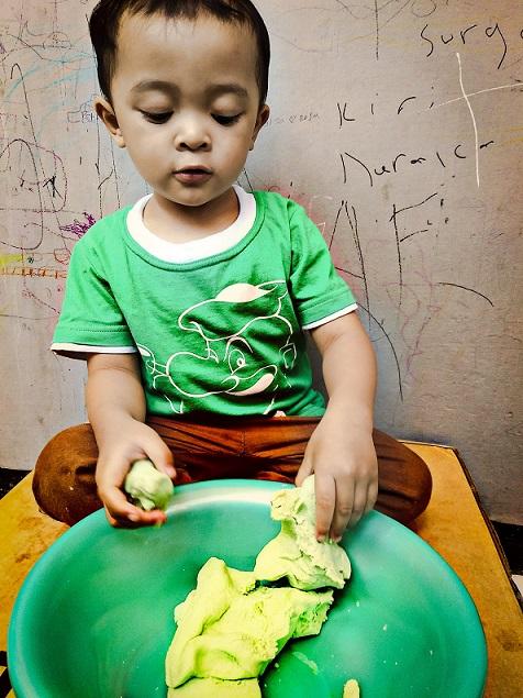 Membuat Play Doh sendiri di rumah
