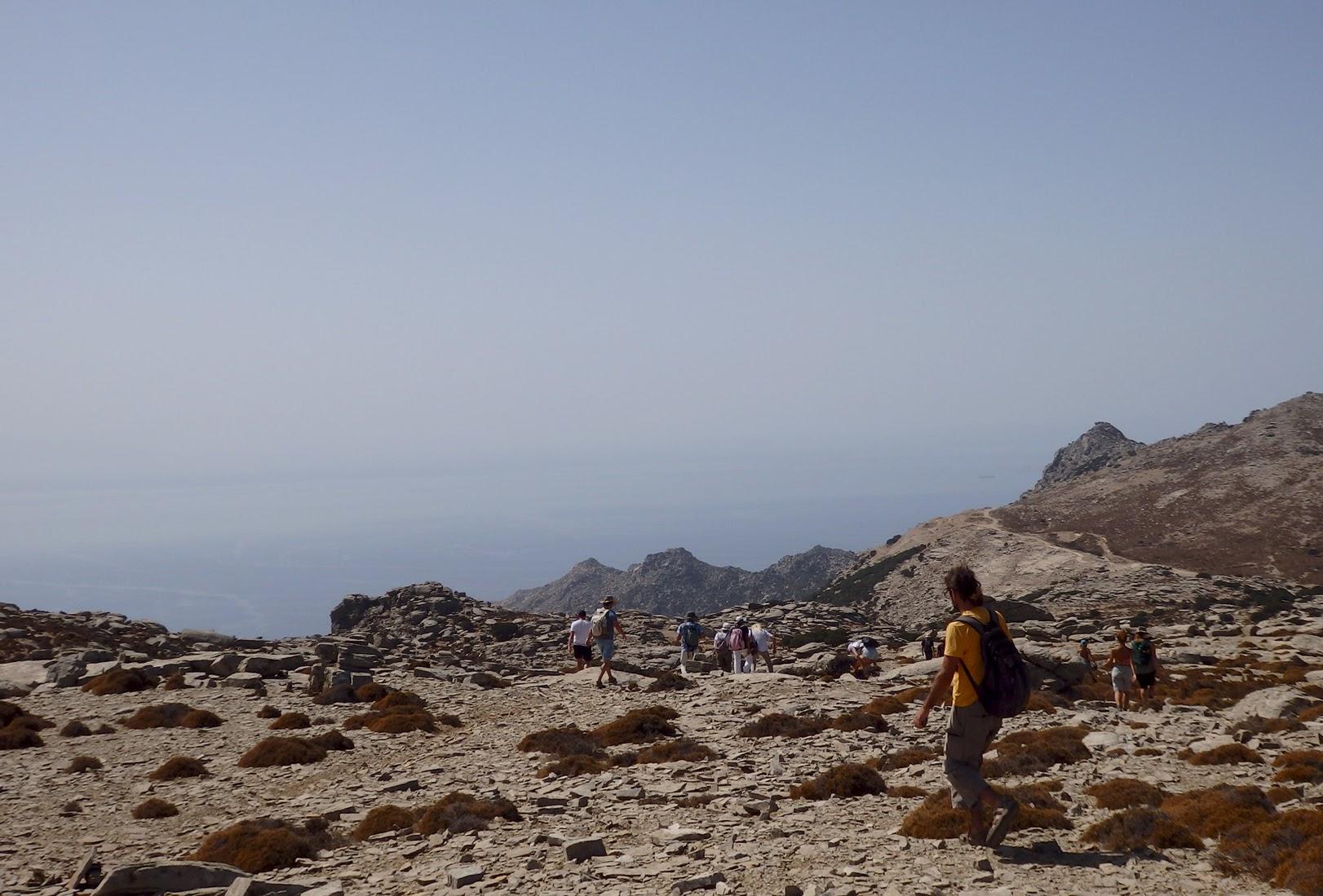 Ερημοποιημένα τοπία στο μονοπάτι κατεβαίνοντας από τη Μέλισσα με προορισμό τον Άγιο Ισίδωρο