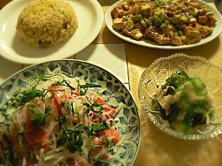 夕食の献立 チャーハン 大根サーモンサラダ 酢の物 黒麻婆豆腐