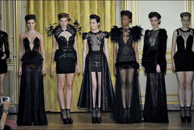 Μια απίστευτη επίδειξη σχεδίων γούνας, που παρουσιάστηκε στο πρόσφατο παρισινό Haute Couture