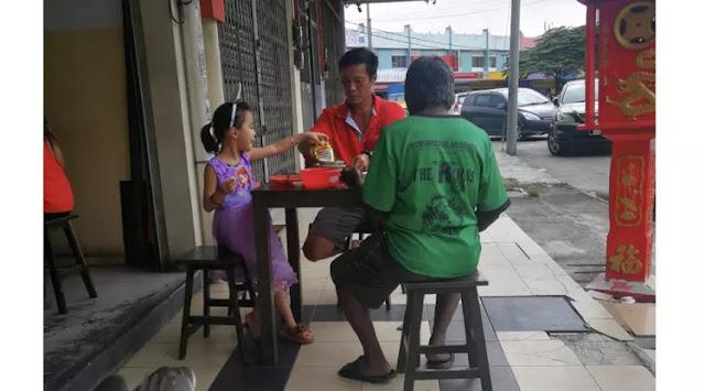 Bikin Haru, Ayah dan Anak Ajak Gelandangan Makan Bersama, Aksinya Menuai Banyak Pujian
