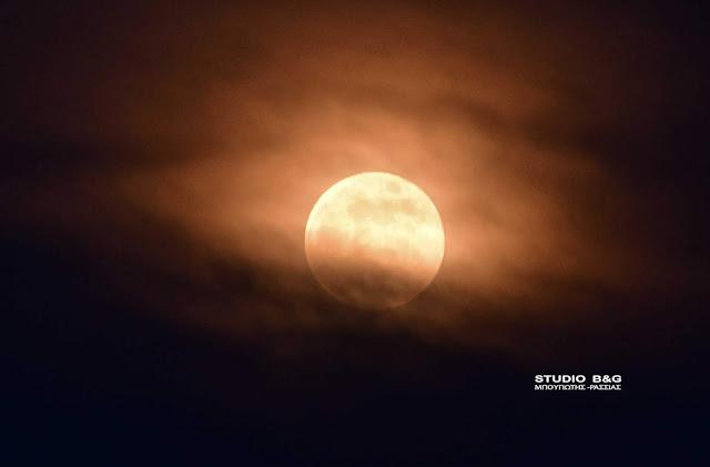 Με συννεφιά η πανσέληνος του Ιουνίου από το Ναύπλιο (βίντεο)