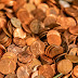 VIDEO: Un hombre paga la última manutención de su hija arrojando 80.000 monedas de un centavo en el jardín