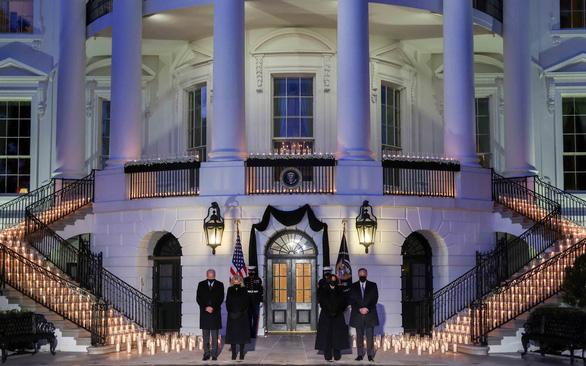 Tổng thống Joe Biden và phu nhân cùng phó tổng thống Kamala Harris và phu quân tham dự lễ tưởng niệm 500.000 người Mỹ chết vì đại dịch COVID-19