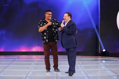 Pedro Manso com o apresentador (Crédito: Rodrigo Belentani/SBT)
