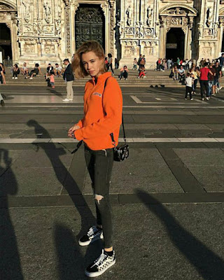 Outfit naranja casual para la universidad