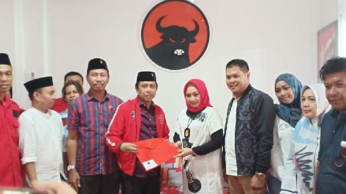 Julia Resmi Ambil Formulir Pendaftaran Calon Walikota Makassar di PDIP