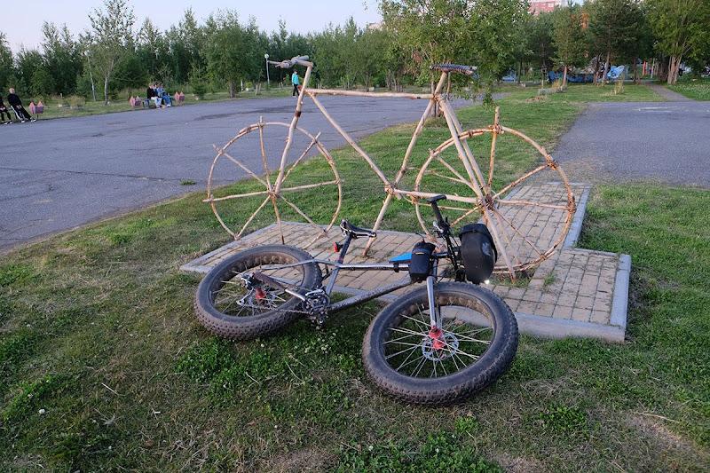 Памятник велосипеду в Приморском парке