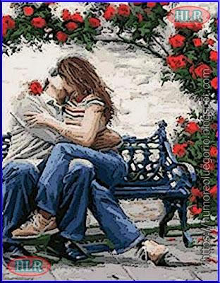 Pareja de enamorados sentados en un banco besandose