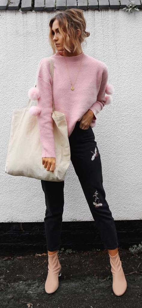 fashionable fall outfit: sweatshirt + bag + printed jeans + boots