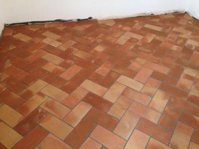 ladrillo de barro cocido en el suelo de una habitación.