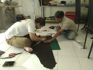 memotong bahan kulit