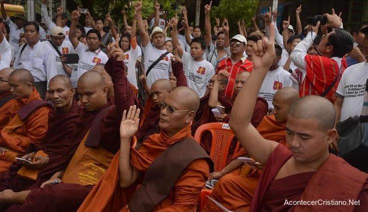 Budistas reciben a Cristo.