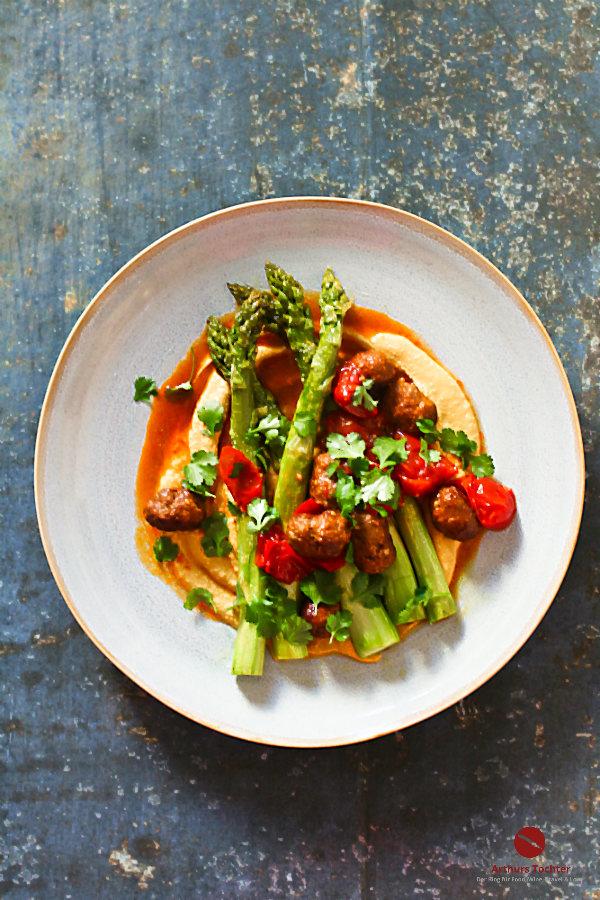 Rauch-Karotten-Bohnen-Hummus mit grünem Ofenspargel und geschmelzten Tomaten. Dazu gibt's ganz große Fleischbällchenliebe aus scharfer Merguez (Lammbratwurst) und frischen Koriander #hummus #bohnenhummus #karottenhummus #chakalaka #afrikanisch #gewürze #israelische_rezepte #einfach #thermomix #tm_31 #selbermachen #ottolenghi #orientalisch #haja_molcho #arthurstochter #foodblogger