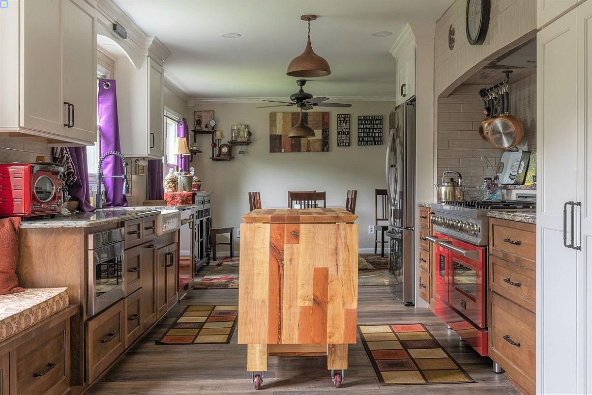 صور أجمل المطابخ الانتقائية مع جزر خشبية مخصصة