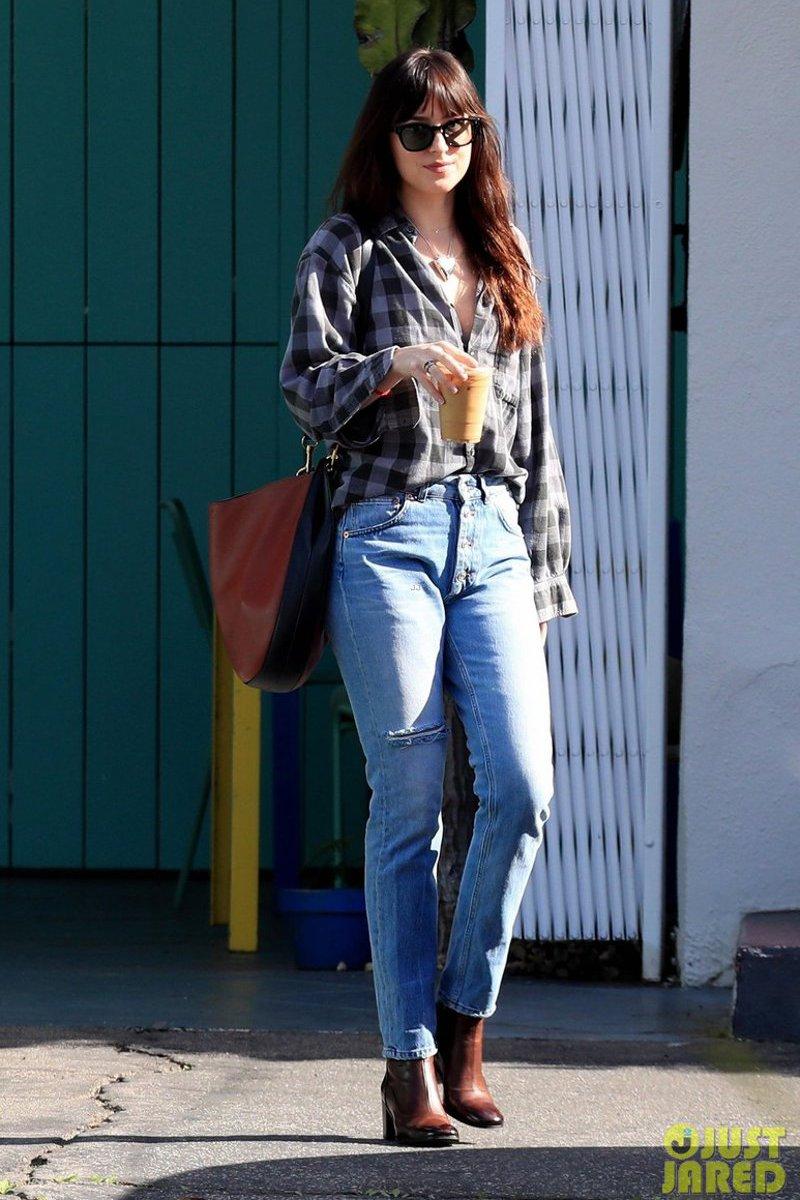 Looks casuais da Dakota Johnson que são uma lição de estilo
