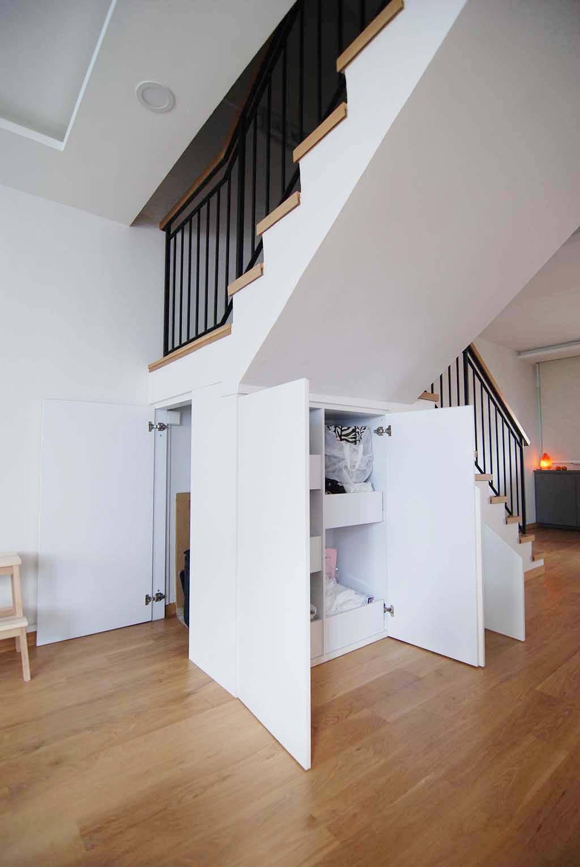 Butterpaperstudio Reno B Maisonette Staircase Storage
