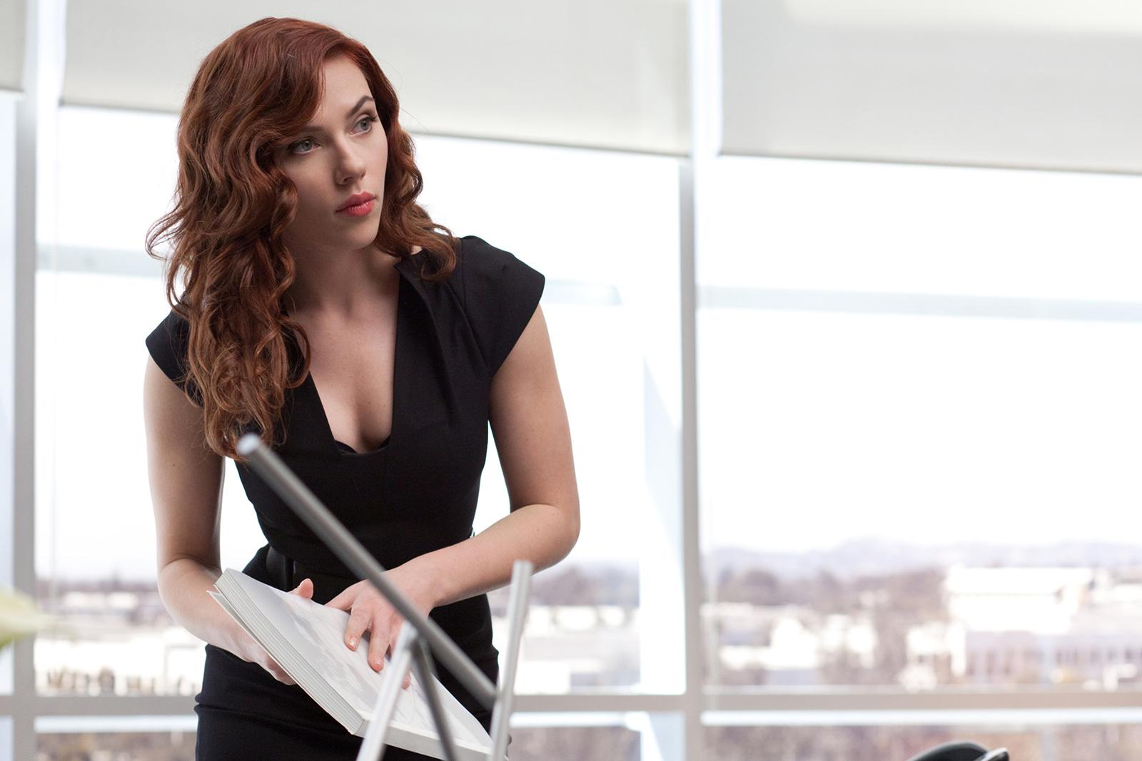 Scarlett Johansson seksi dengan dress HItam di Iron MAn II