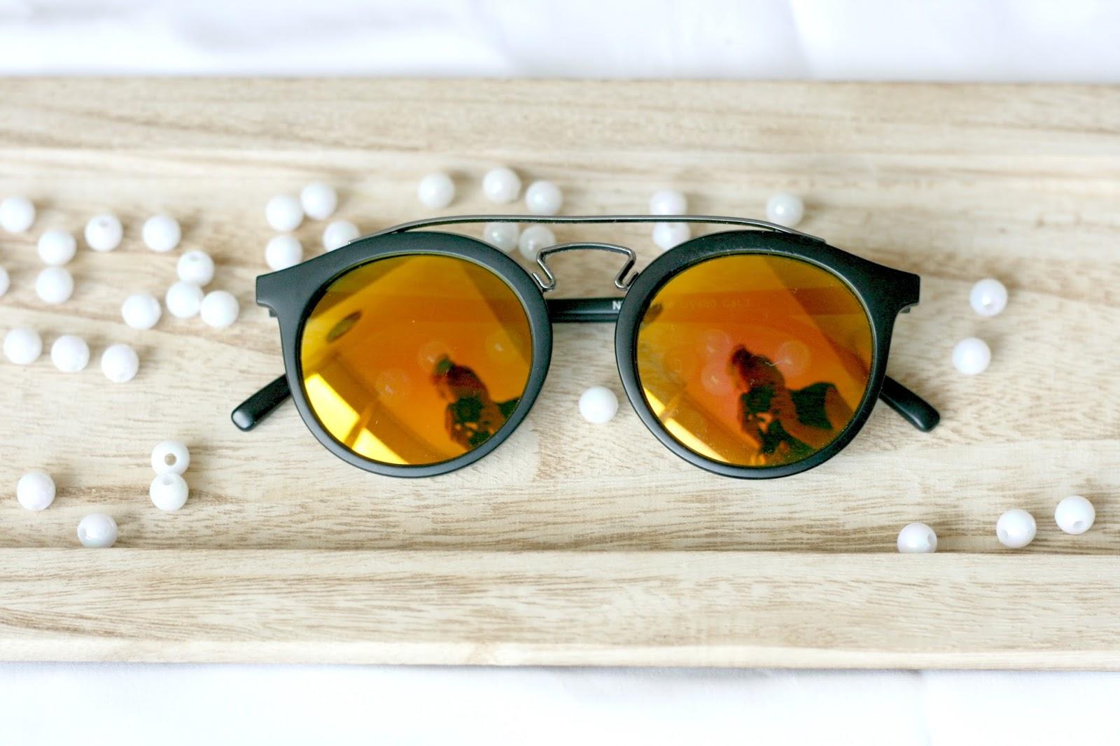 66b619821fbc01 ... keuze aangezien Freakyglasses een ruim aanbod heeft aan festival  zonnebrillen! Maar uiteindelijk ging ik voor een zwarte zonnebril met rood- gele ...