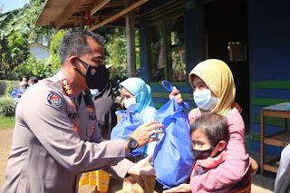 Empati Masyarakat Terdampak Covid-19 di Mandalawangi, Polda Banten Salurkan Ratusan Paket Sembako