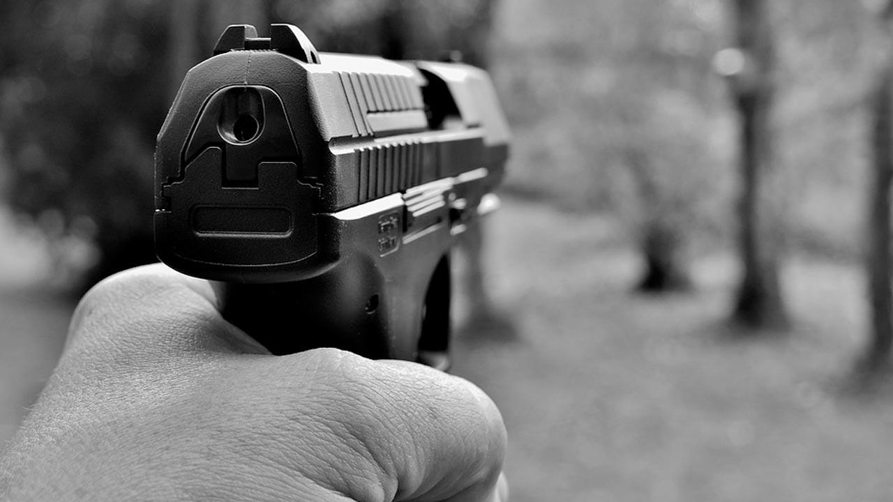 Policial mata bandido e encontra duas pessoas no porta mala dos ladrões