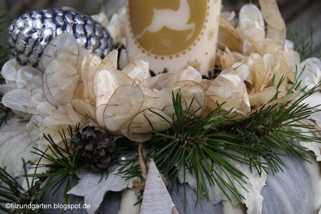 Adventskranz aus Wolle mit Pappelblättern, Silberblättern und Kiefer