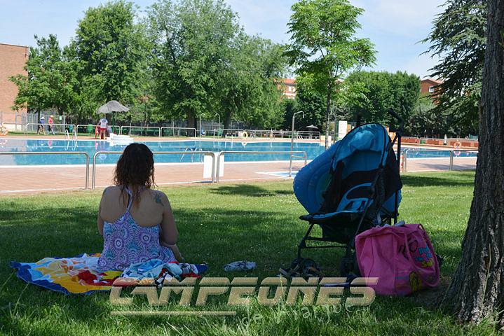 La piscina municipal abre sin sus pintadas hist ricas for Precio piscina municipal madrid 2017