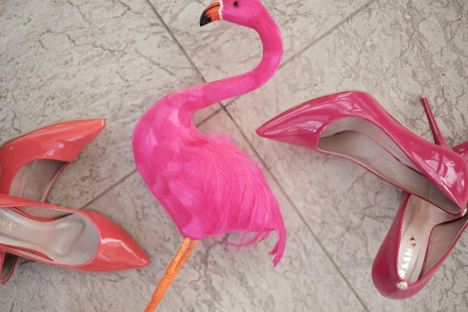 Różowe buty ślubne.