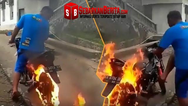 Video - Pemuda ini Bakar Roda Belakang Sepeda Motornya , Kejadian Selanjutnya Sungguh Tak Disangka-Sangka