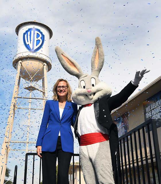 Ann Sarnoff e Pernalonga durante a divulgação do novo logo da Warner Bros/Divulgação