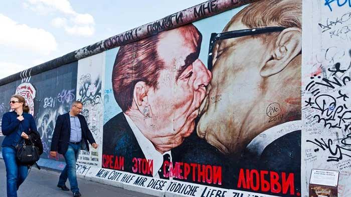 Gambar Pria CiumanTembok Berlin