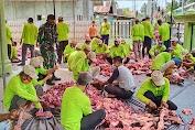 Babinsa Kelurahan Tebing Tinggi Bantu Panitia Membagikan Daging Qurban