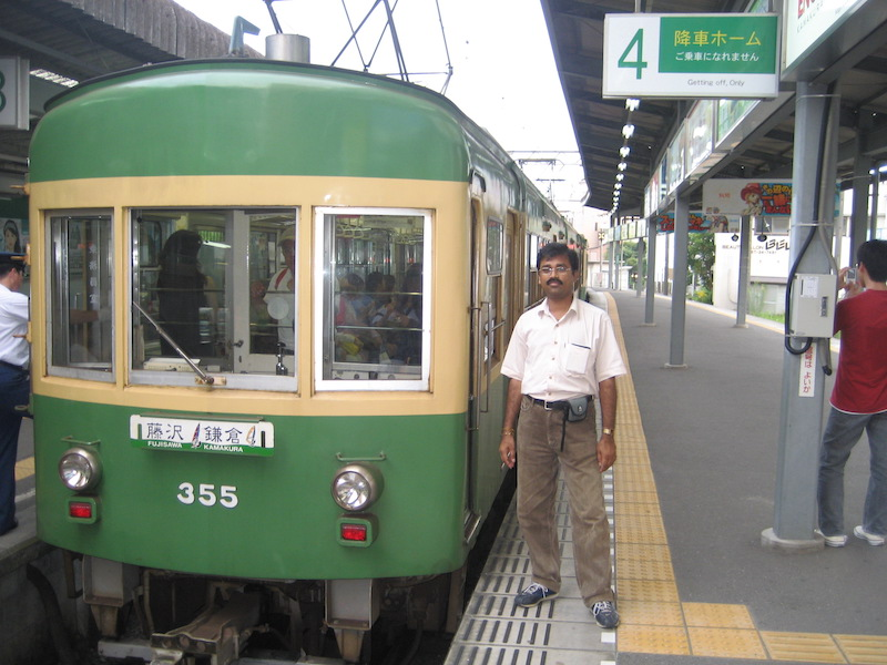 MJothi standing next to Fujisawa to Kamakura train in JR Train station