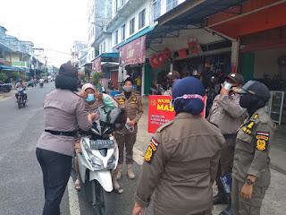 Polres Lingga Gencar lakukan Operasi Yustisi dan Berikan Masker
