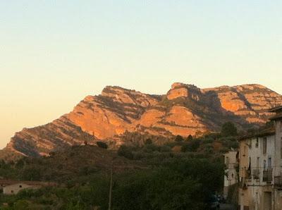 Descenso al barranco de Roca de Migdia. Pared donde se puede saber qué hora es.