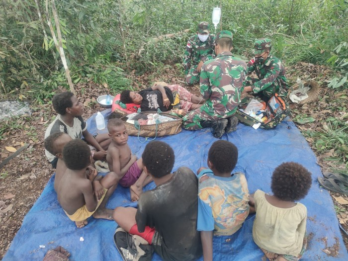 Salut! TNI Bantu Ibu Melahirkan di Tengah Hutan Tapal Batas Papua