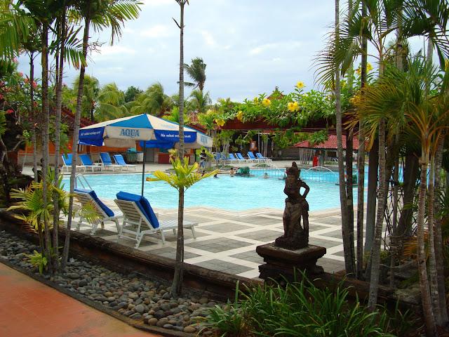 Изображение бассейна на территории одного из отелей
