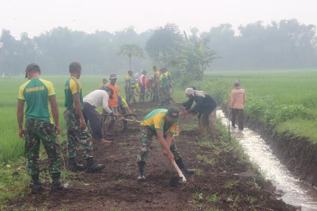 Peduli Kesulitan Rakyat, Prajurit Kostrad Gotong Royong Perbaiki Saluran Irigasi di Mojokerto