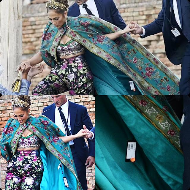Jennifer Lopez con il cartellino del prezzo a DOLCE GABBANA Alta Moda Venezia 2021 RUNWAY MAGAZINE