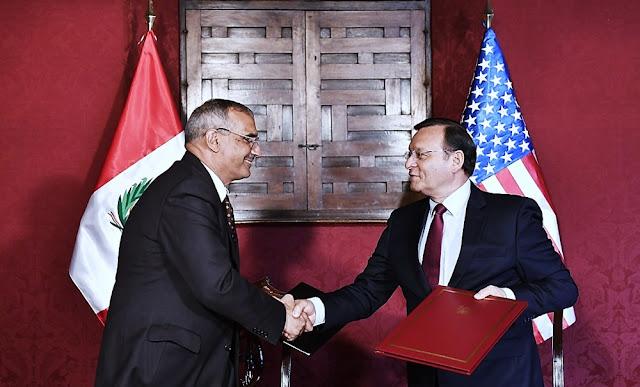 Canciller Néstor Popolizio y el embajador de Estados Unidos en Lima, Krishna R. Urs