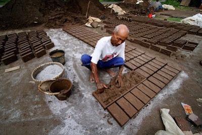 Sulitnya proses pembuatan batu bata merah, tidak sebanding dengan harga jualnya yang murah