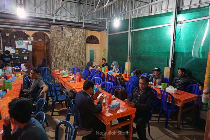 Pengunjung yang ingin menikmati Mie Koba Iskandar
