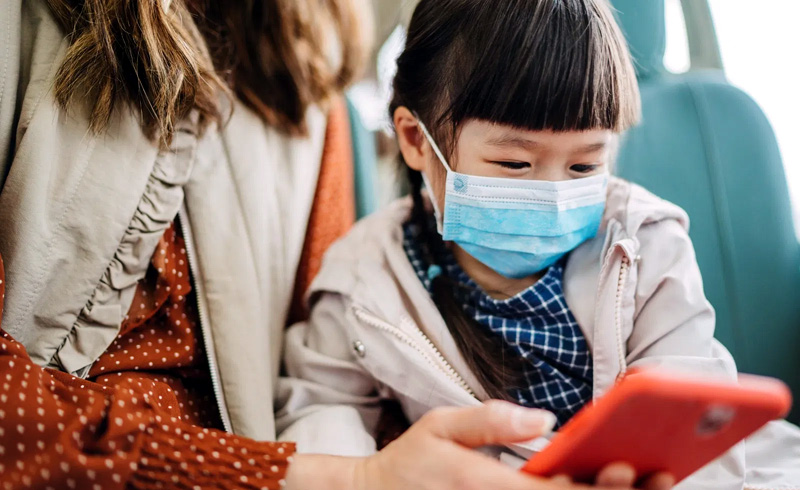 Do kids have to wear face masks on a plane?