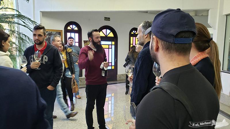 Conversa sobre vinhos durante a degustação na Casa Valduga.